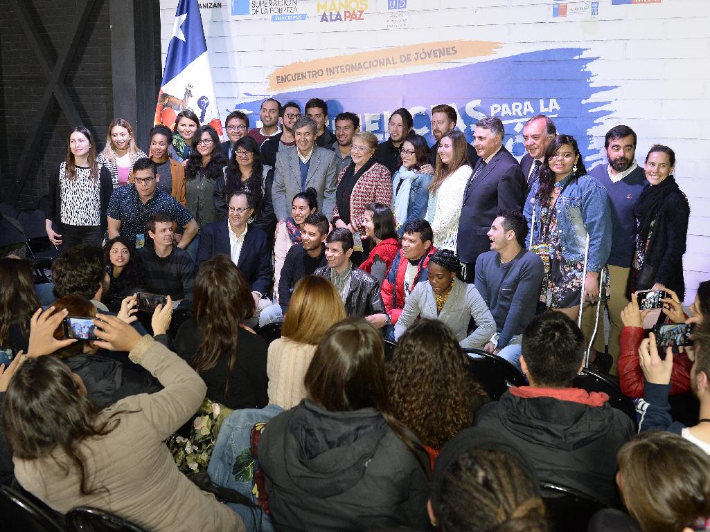 Presidenta Bachelet se reúne con centenar de jóvenes en encuentro de voluntariado profesional latinoamericano